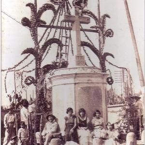 Las hermanas Bobadilla Arana, junto a familiares para el arreglo de la Santa Cruz  1938