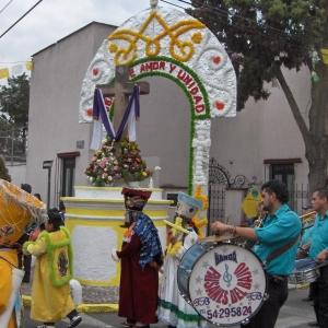 Los músicos de pueblo, en su llegada procesional a la Cruz