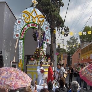 El párroco auxiliar en la celebración de la misa    La cruz adornada con su portal anual